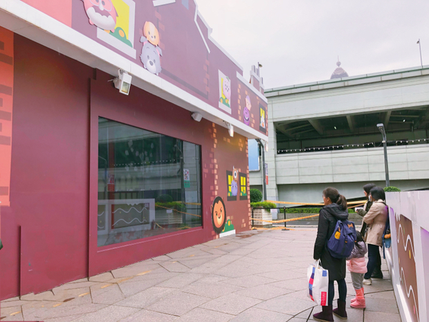 外圍還有一面超大電視播著Tsum Tsum動畫真的很會抓住小孩的眼睛,立馬被吸引